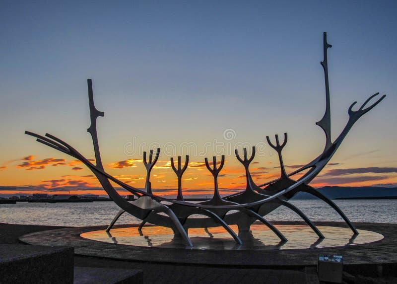 Ikonenhaftes Symbol Sun-Reisenden von Reykjavik bei Sonnenuntergang: Skulptur von Wikinger-Schiff auf Hafen, Reykjavik, Island lizenzfreies stockfoto