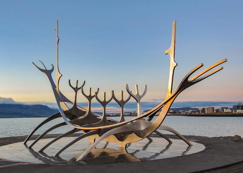 Ikonenhaftes Symbol Sun-Reisenden von Reykjavik bei Sonnenuntergang: Skulptur von Wikinger-Schiff auf Hafen, Reykjavik, Island lizenzfreie stockfotos