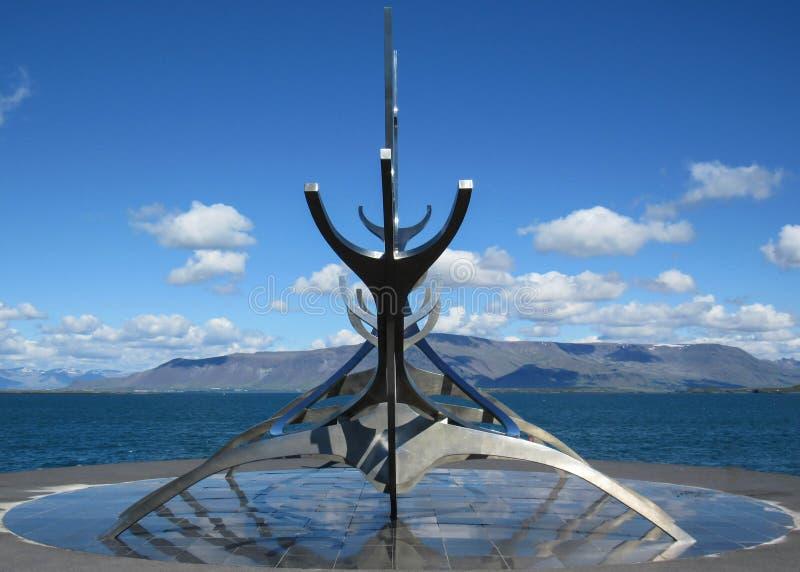 Ikonenhaftes Symbol Sun-Reisenden von Reykjavik: Skulptur von Wikinger-Schiff auf Hafen, Reykjavik, Island lizenzfreies stockbild