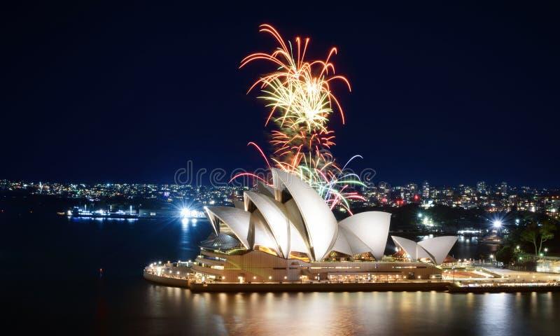 Ikoniczny punkt orientacyjny Sydney organizuje w nocy wspaniały pokaz fajerwerków obrazy stock