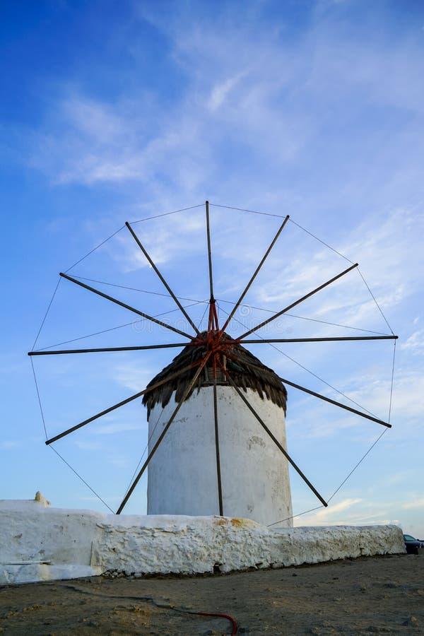 Ikonowego punktu zwrotnego biali starzy wiatraczki Mykonos wyspa z niebieskiego nieba tłem przy Chora obrazy stock