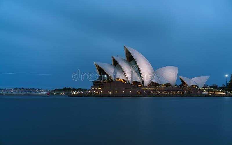 Ikonowi światów budynki - Sydney opera w pełnej chwale przy zmierzchem jaskrawy iluminującym obrazy royalty free