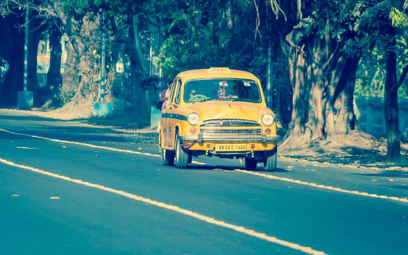 Ikonowy żółty taxi w Calcutta Kolkata, Zachodni Bengalia, India zdjęcia stock