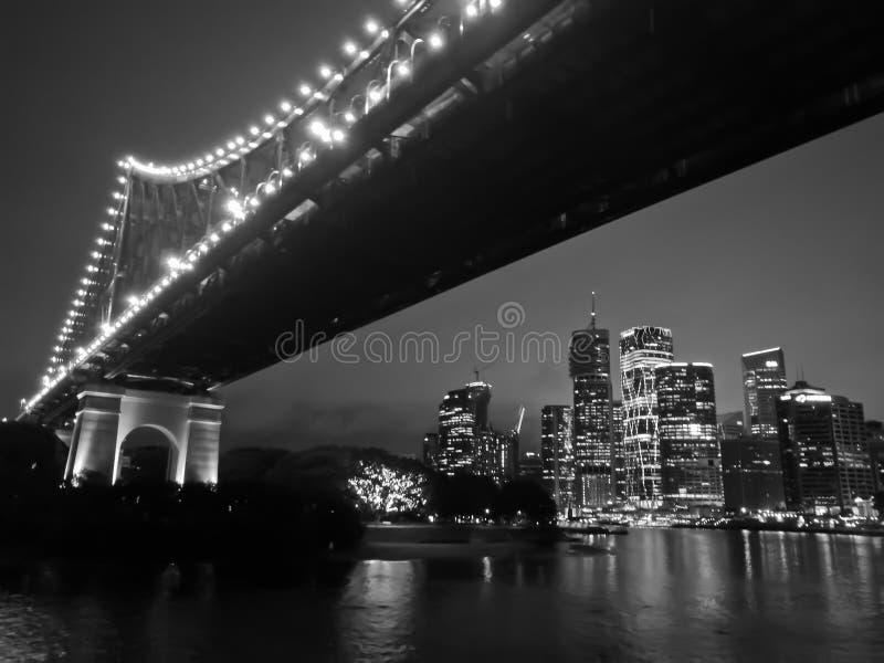 Ikonowy Brisbane opowieści most z miasto drapaczami chmur przy nocą w b obraz royalty free