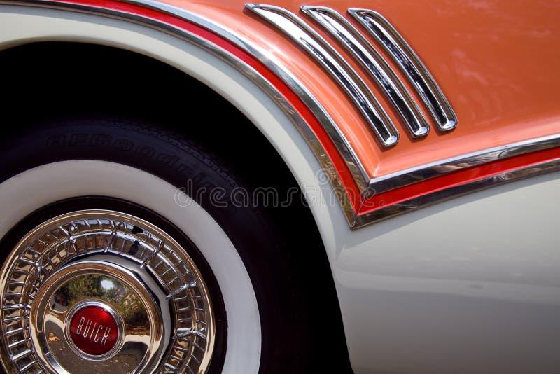 Ikonowy Graficzny łosoś Barwiący art deco Buick koło & Fender fotografia stock