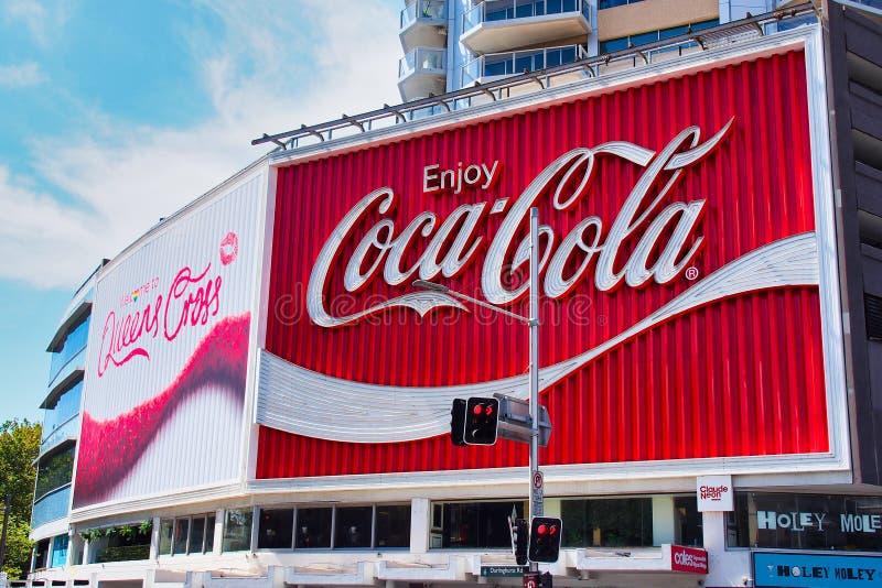 Ikonowy koka-kola billboard, królewiątka Krzyżuje, Sydney, Australia zdjęcia royalty free