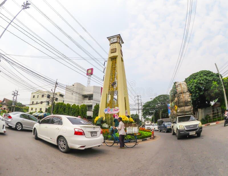 Ikonowy zegarowy wierza przy rondem z ruchem drogowym zdjęcia royalty free
