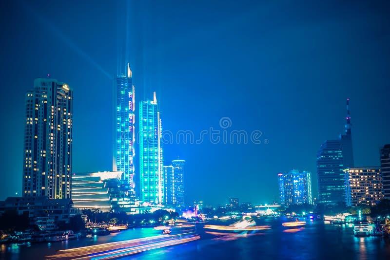 Ikony Siam rzeki strony domu towarowego uroczysty otwarcie z światłem i laserowy przedstawienie przy Chaophraya Rzeczny Bangkok,  obrazy royalty free