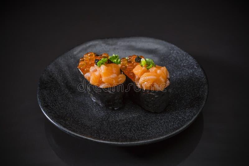 Ikura三文鱼Nigiri,三文鱼寿司冠上了用三文鱼鸡蛋 图库摄影