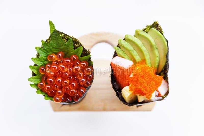 Ikura en Kani met Avocado, Tamago Yaki en Ebiko Californië of Temaki-het Broodje van de Sushihand stock afbeeldingen
