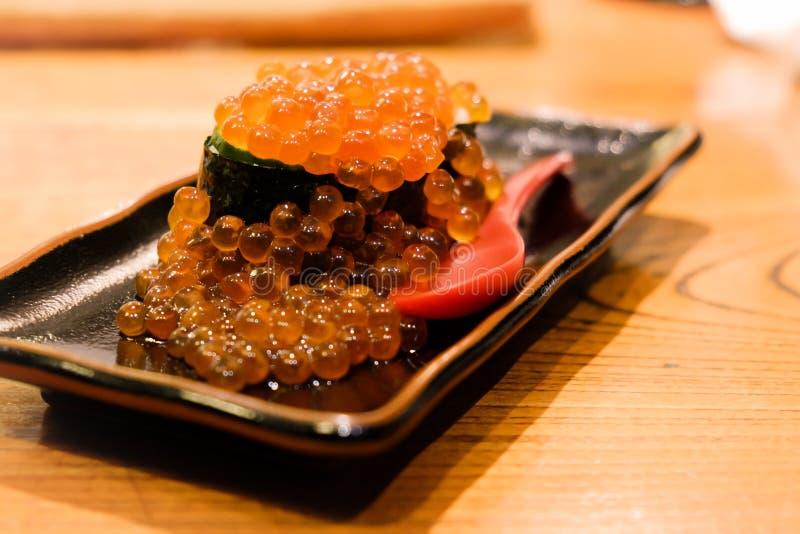 Ikura Gukan,三文鱼獐鹿寿司,迷离背景 免版税库存图片