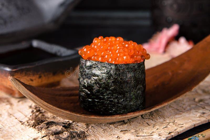 Ikura Gunkan Maki Salmon Roe Gunkan Sushi stock foto's