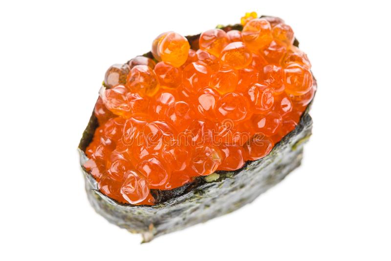 Ikura Salmon Roe Gunkan Maki Sushi isolado no fundo branco Culinária japonesa Feche acima com foco seletivo foto de stock