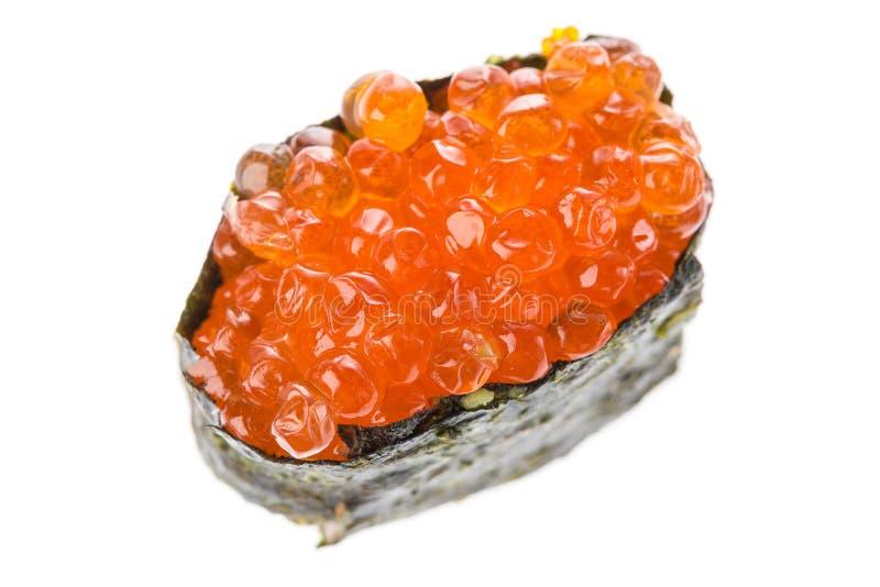 Ikura Salmon Roe Gunkan Maki Sushi isolato su fondo bianco Cucina giapponese Chiuda su con il fuoco selettivo fotografia stock