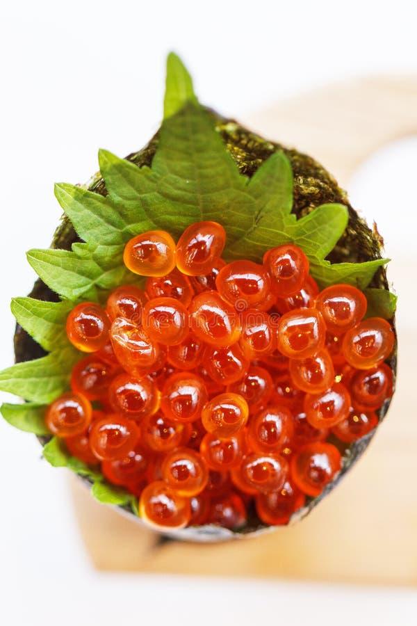 Ikura Salmon Roe Tempura California o rotolo della mano dei sushi di Temaki sul supporto di legno fotografia stock
