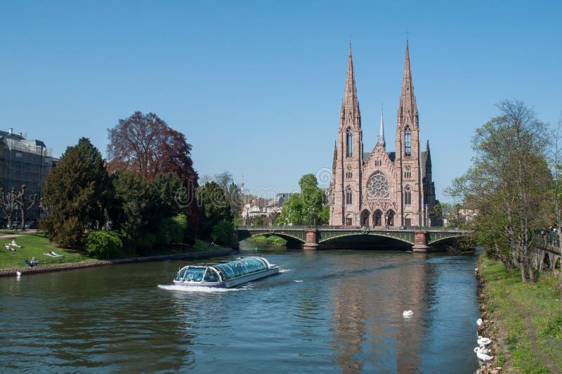 il河全景有游船和圣保罗教会的 库存照片