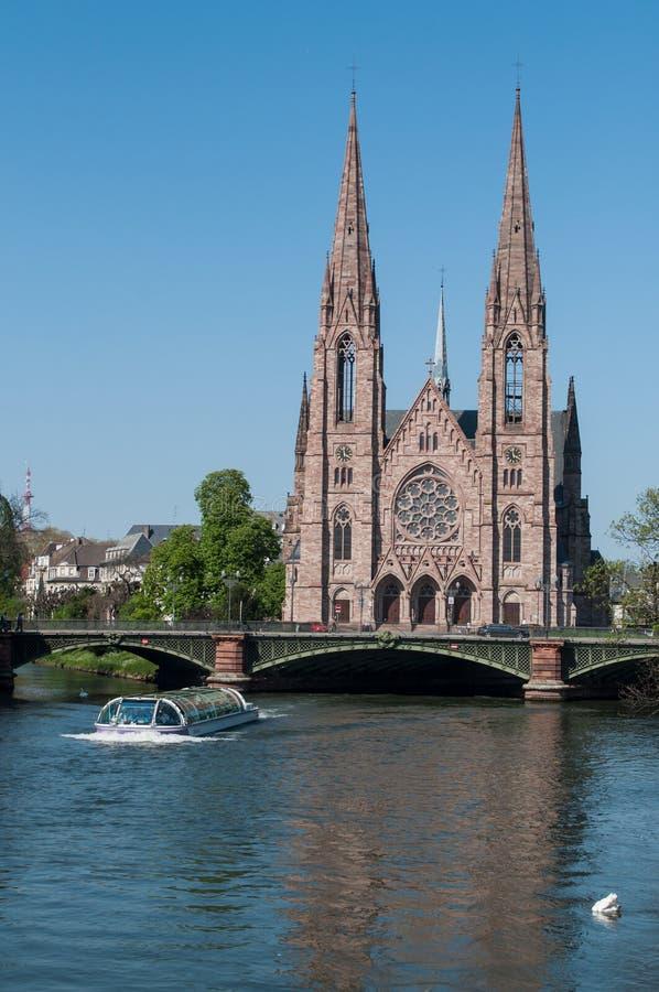 il河全景有游船和圣保罗教会的 免版税库存照片