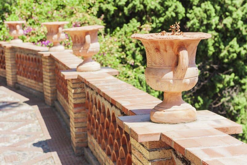 Il ¡ di Ð si situa sta i vasi da fiori in un bello parco Parco Colonna, Taormina, Sicilia, Italia - immagine del giardino pubblic fotografie stock