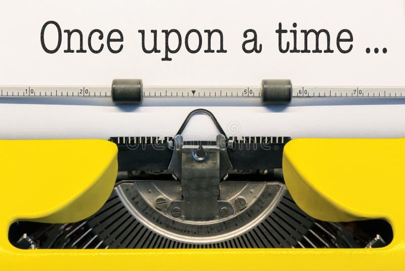 Il était une fois? Scène démodée de matin : machine à écrire antique, cuvette de café frais, contrat d'affaires et crayon lecteur photo stock