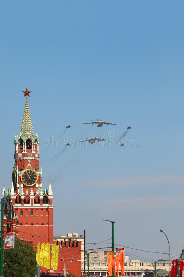 Il-76, Tu-95ms, les avions Mig-29 volent sur le défilé photos libres de droits