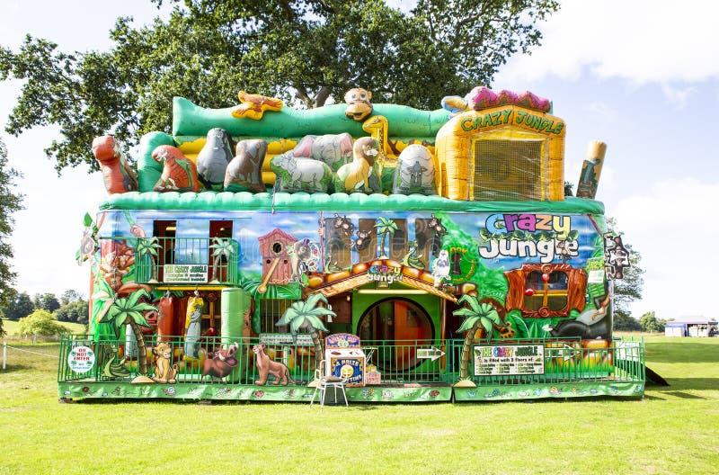 Il adventue gonfiabile della giungla pazza al grande festival britannico dell'alimento ha tenuto alla Camera di Bowood nel Wiltsh immagine stock