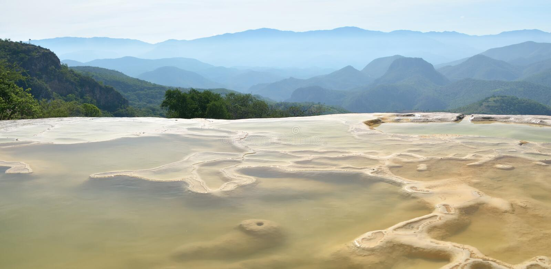 Il Agua di EL di Hierve delle sorgenti termali a Oaxaca è uno della maggior parte del damerino immagine stock