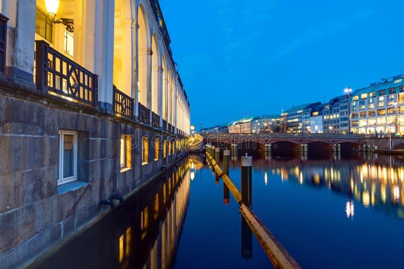 Il Alsterfleet a Amburgo alla notte fotografie stock libere da diritti