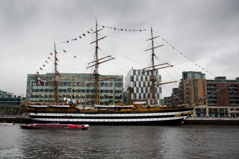 Il Amerigo Vespucci si siede nel porto di Dublino immagini stock libere da diritti