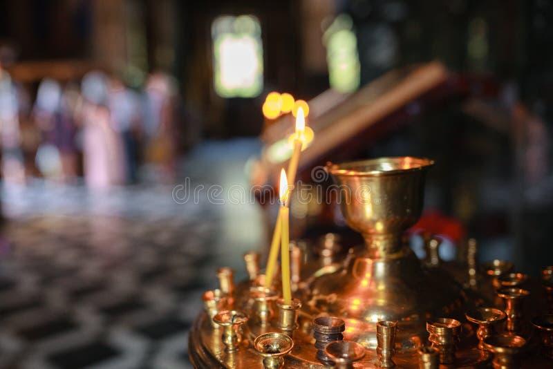Il andle del ¡ di Ð brucia, nel tempio che cristiano i precedenti sono offuscati fotografie stock