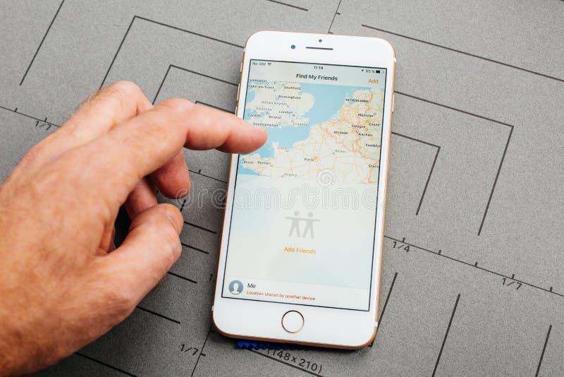 Il App sul iPhone di Apple più il software applicativo trova il mio amico immagine stock libera da diritti