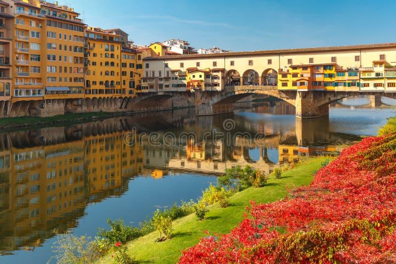 Il Arno e Ponte Vecchio a Firenze, Italia fotografia stock libera da diritti