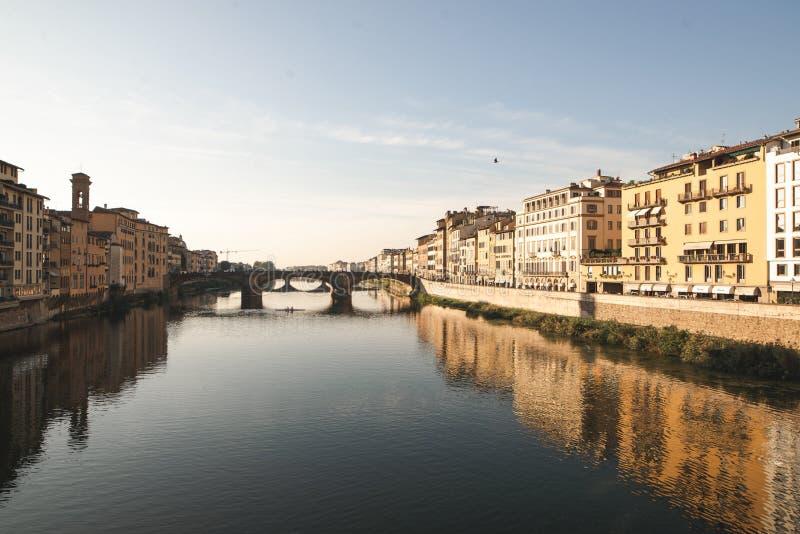 Il Arno a Firenze, paesaggio della città in un giorno soleggiato con le viste da Ponte Vecchio fotografie stock