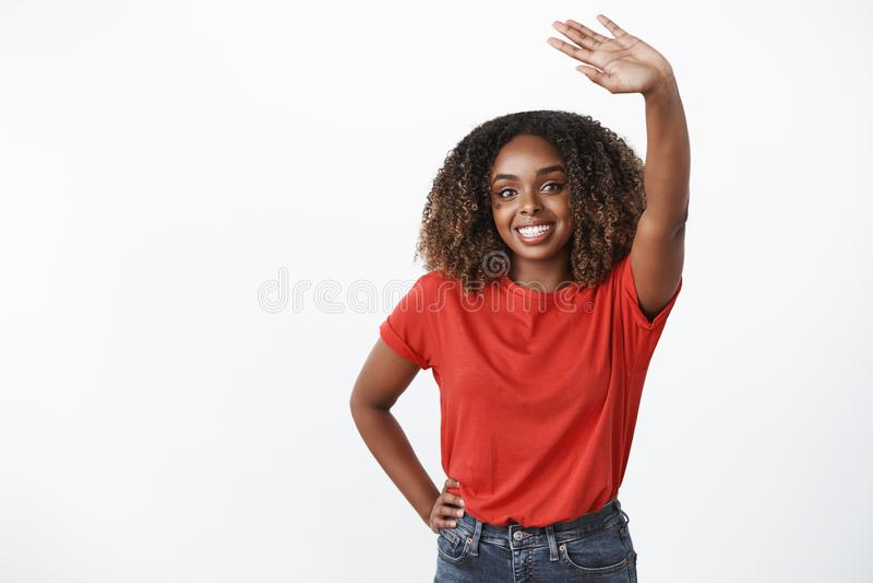 Il arrivederci vi vede più successivamente, ciao Ritratto della donna afroamericana delicata di genere amichevole e sincero che o immagini stock libere da diritti