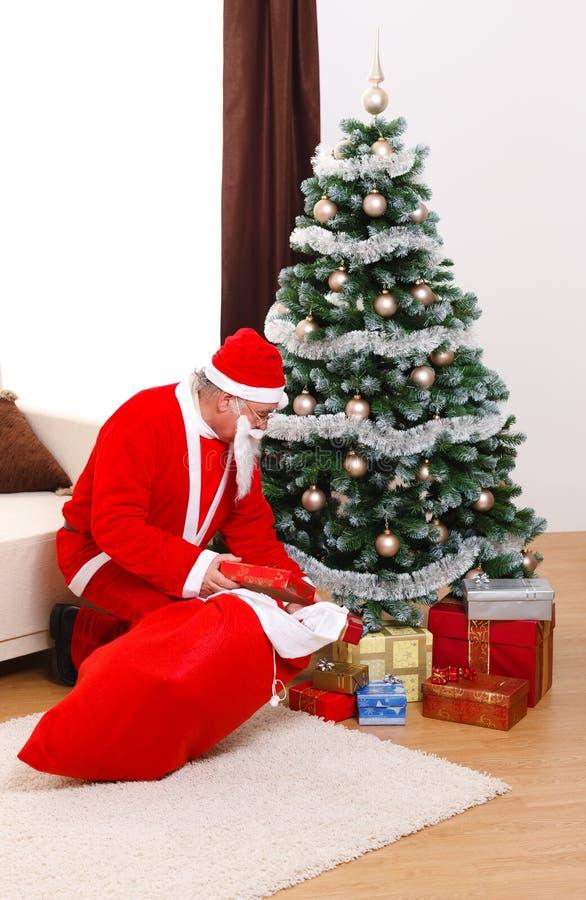 Il Babbo Natale che porta i presente nel natale fotografia stock libera da diritti