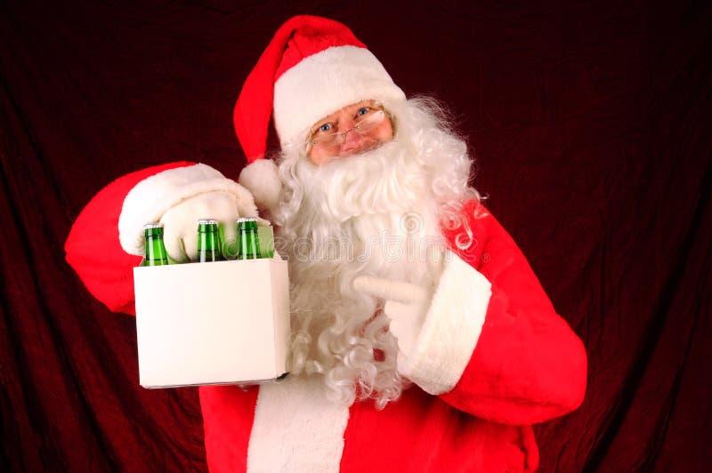 Il Babbo Natale con sei pacchetti di birra fotografie stock libere da diritti