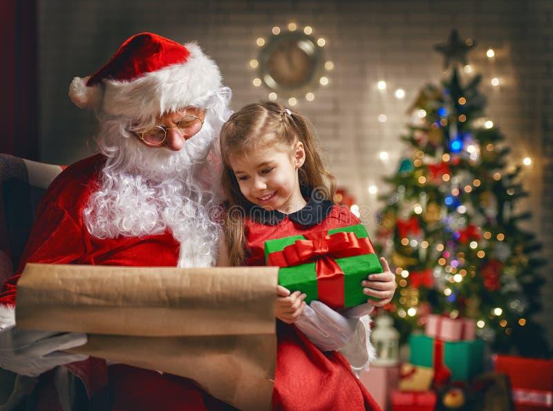 Il Babbo Natale e bambina fotografia stock