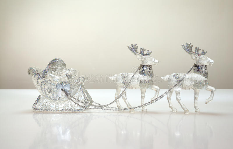 Il Babbo Natale nella slitta della renna fotografia stock