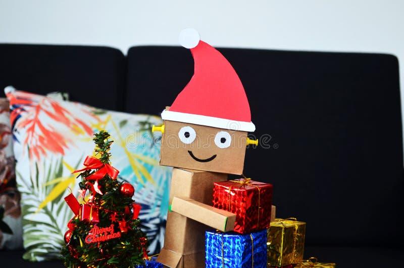 Il Babbo Natale sta portando i regali di Natale fotografia stock libera da diritti