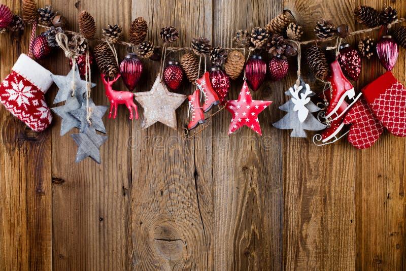 Il Babbo Natale su una slitta Decorazione festiva su fondo di legno Concetto di nuovo anno Disposizione piana Vista superiore immagini stock libere da diritti