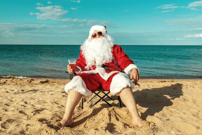 Il Babbo Natale sulla spiaggia fotografia stock