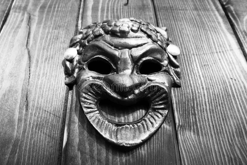 Il Bacco maschera sulla porta immagini stock libere da diritti