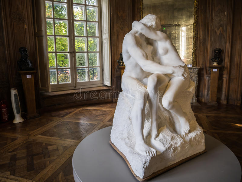 Il bacio di Rodin come si vede in una galleria vuota in Rodin Museum fotografia stock libera da diritti