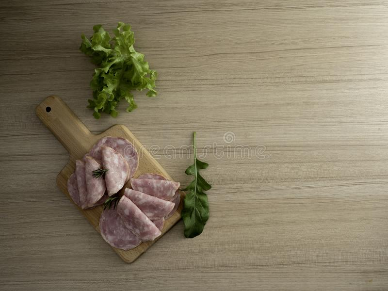 il bacon ha affettato su un fondo di legno immagine stock