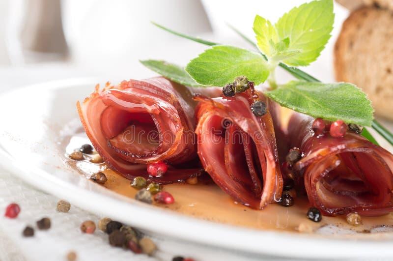 Il bacon rotola con salsa e le spezie fotografia stock