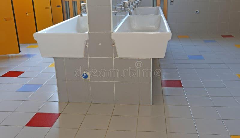Il bagno della scuola materna con le porte ingiallisce immagine stock immagine di armadio - Tette bagno scuola ...