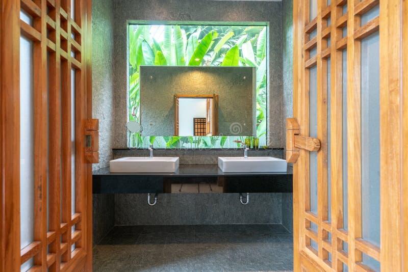Il bagno di lusso caratterizza il bacino, toilette nella costruzione domestica o del casa immagine stock libera da diritti