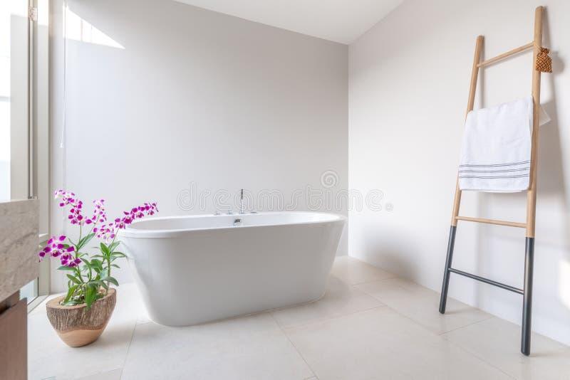 Il bagno di lusso caratterizza la vasca con il fiore fotografia stock libera da diritti