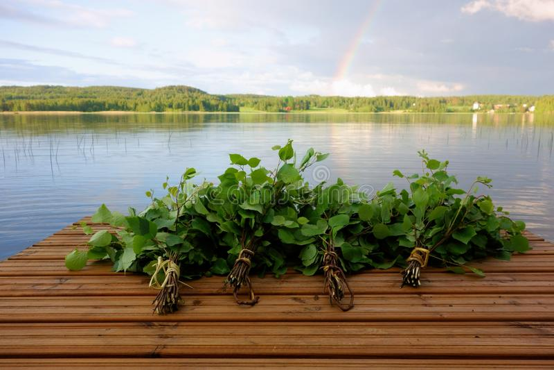 Il bagno finlandese tradizionale sbatte su un molo dal lago immagini stock libere da diritti