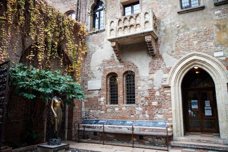 Il balcone famoso di Juliet Capulet Home a Verona, Veneto, Italia immagini stock libere da diritti