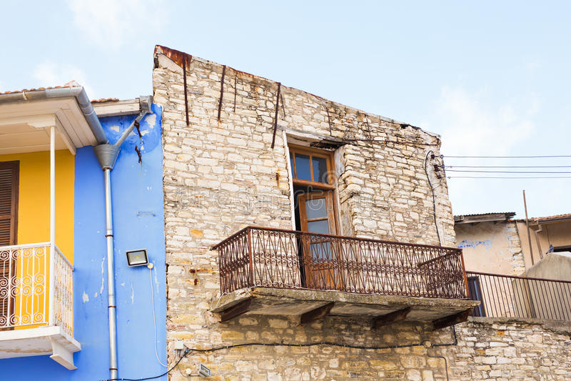 Il balcone sulla costruzione rovinata Dettaglio di una parete di vecchia casa quasi rovinata con i balconi fotografia stock libera da diritti